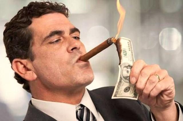 Миф вы станете миллионером в ТелеТрейд. Богатый человек подкуривает сигару долларами